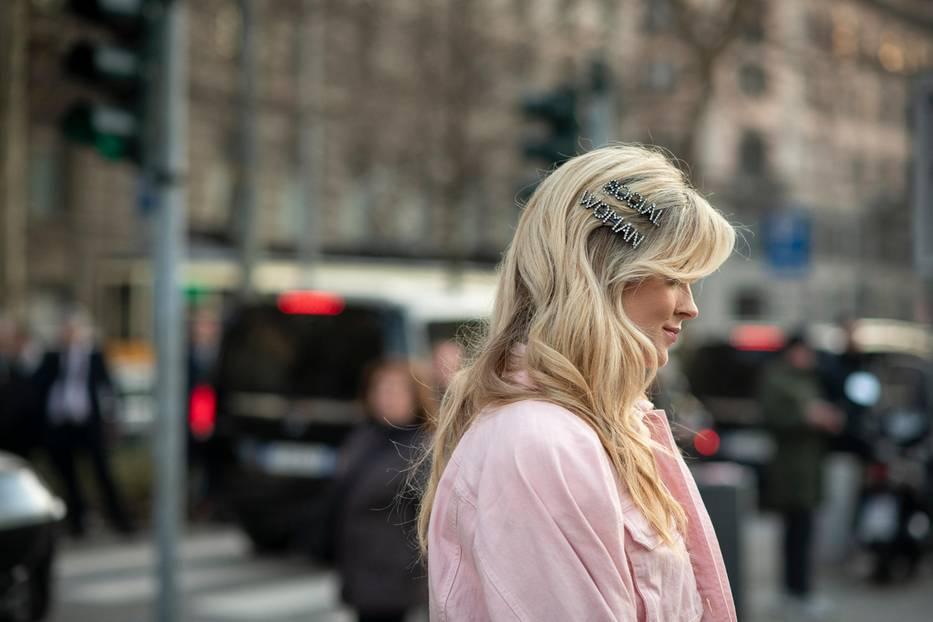 Frisuren mit Haarspangen: Frau im Profil mit blonden Haaren