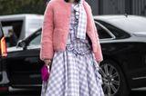 Frisuren mit Haarspangen: Frau posiert auf Strasse