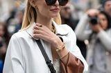 Frisuren mit Haarspangen: Frau mit Schmuck und Sonnenbrille