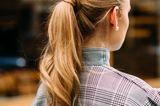 Frisuren mit Haarspangen: Frau von hinten mit Zopf