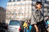 Frisuren mit Haarspangen: Frau mit Bob posiert auf Strasse