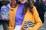 Frisuren mit Haarspangen: Frau im gelben Mantel