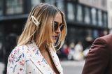 Frisuren mit Haarspangen: Frau mit langen blonden Haaren