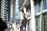 Frisuren mit Haarspangen: Frau im Mantel posiert auf Strasse
