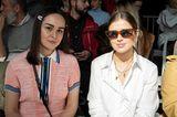 Frisuren mit Haarspangen: Zwei Frauen sitzen im Publikum