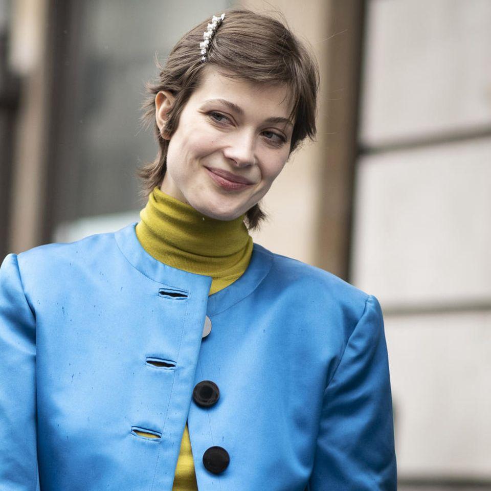 Frisuren mit Haarspangen: Frau lächelt
