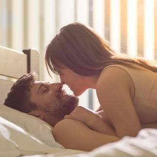 Welche Sex-Fragen sollte man beantworten können? Ein Pärchen im Bett
