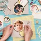 Scrapbooking: Bastelutensilien und Fotos auf einem blauen Tisch