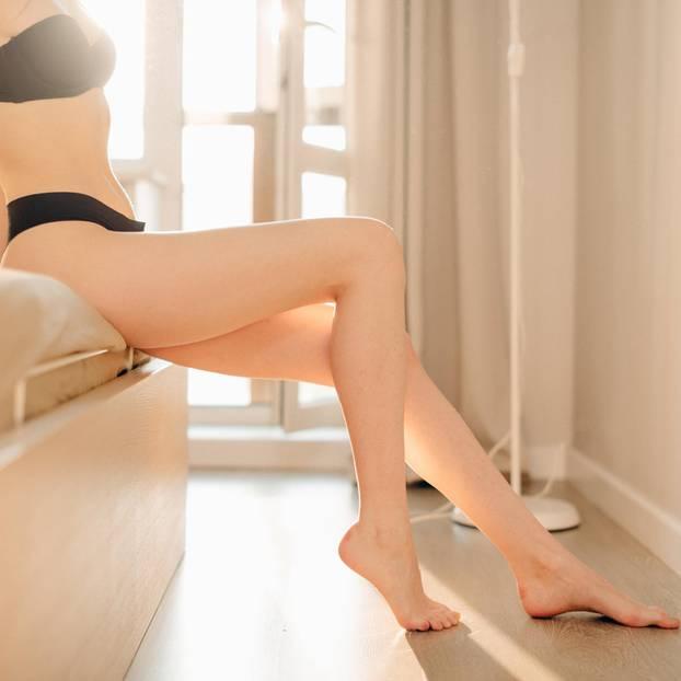 Wassereinlagerungen: Frau zeigt ihre Beine