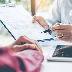 Gendermedizin: Frauen werden anders krank: Ärztin mit Patientenbogen sitzt Patientin gegenüber