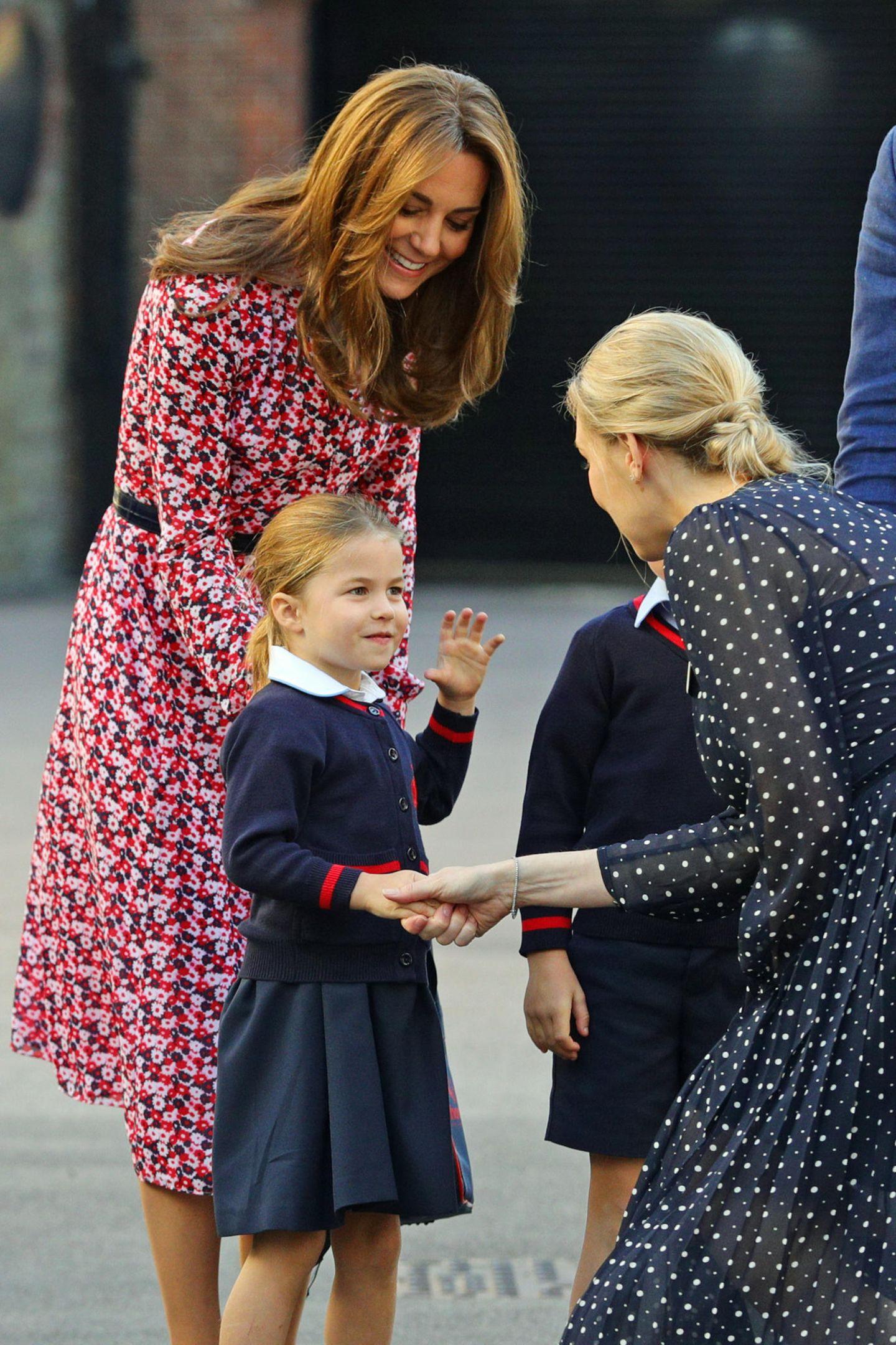 Royale Kinderfotos: Prinzessin Charlotte gibt Frau die Hand