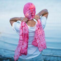 Reha nach Brustkrebs: Frau mit Rosa Tuch um den Kopf