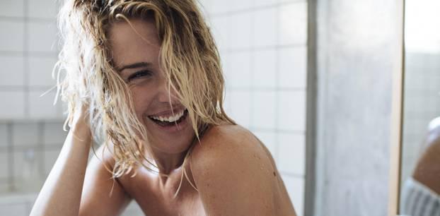 5 Alternativen zu Shampoo - ein Erfahrungsbericht: Blonde Frau mit nassen Haaren
