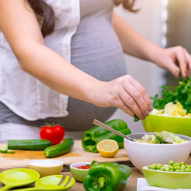 Louwen Diät: Schwangere macht Salat