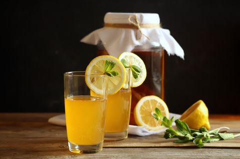 Kombucha selber machen: Gläser mit Kombucha
