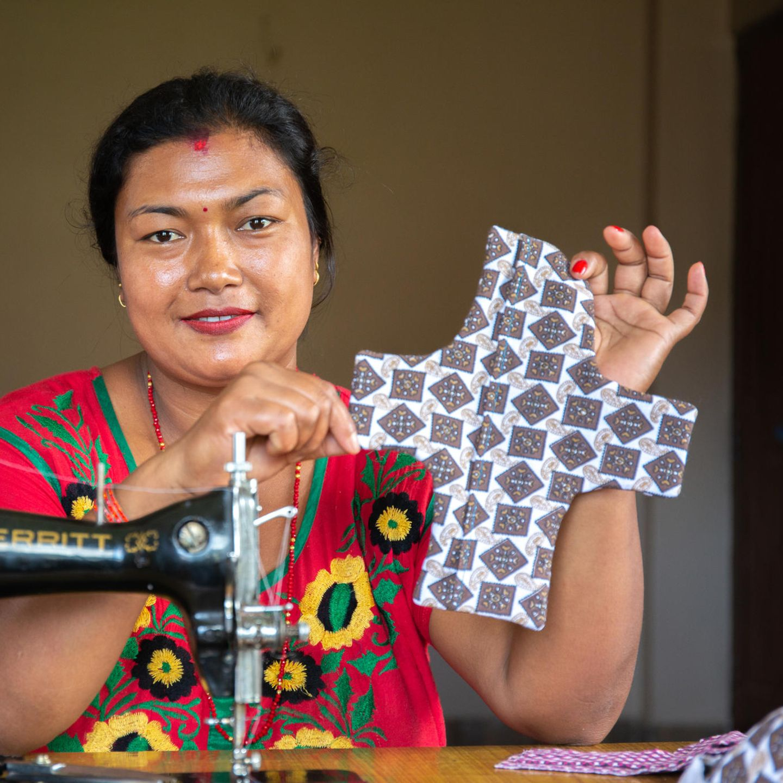 Periode in Nepal: Sangita, 32, näht Stoffbinden