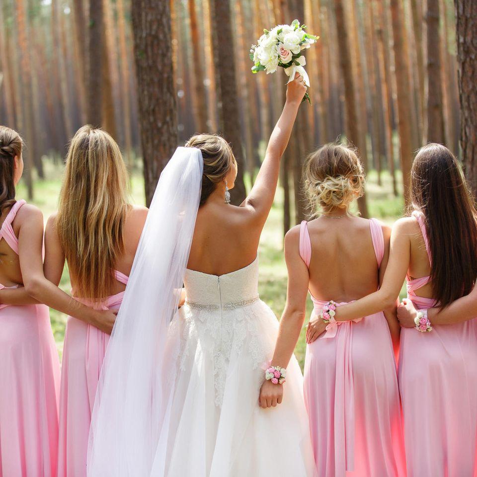 Warum sollten Brautjungfern Partnerlook tragen? Eine Frau mit ihren Brautjungfern