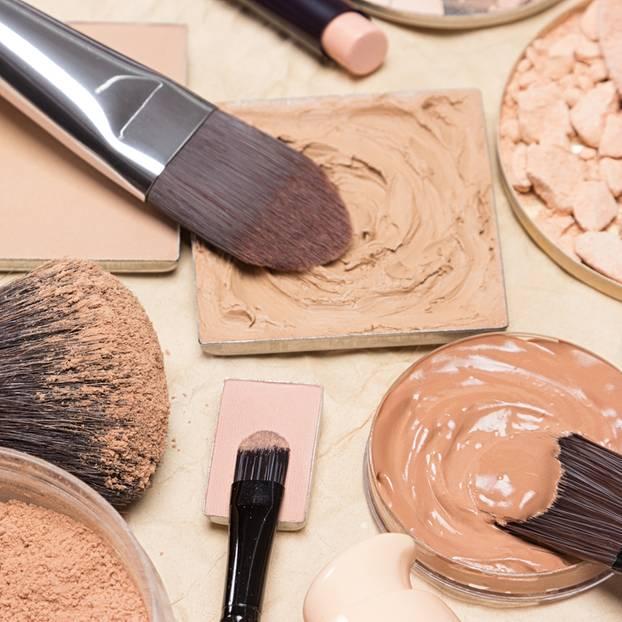 Narben abdecken: Verschiedene Abschminkprodukte und Pinsel
