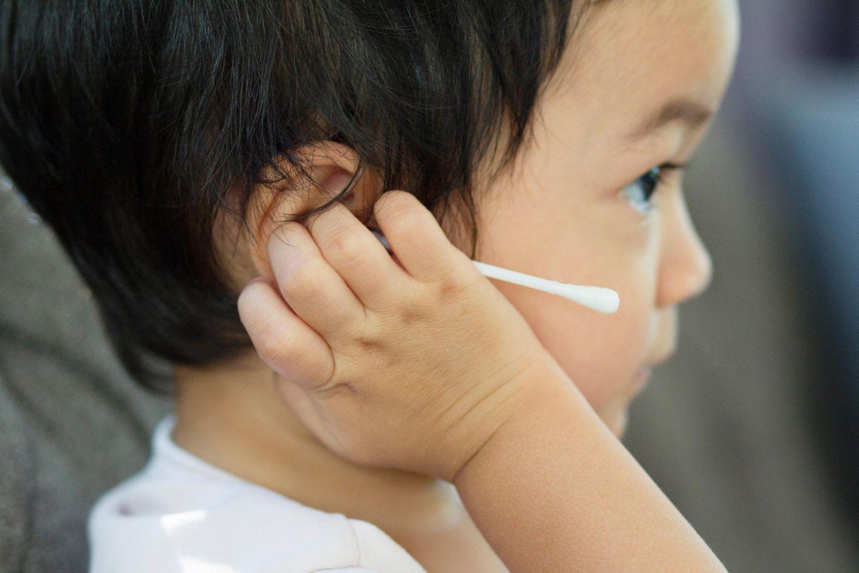 Paukenerguss: Kind fasst sich ans Ohr