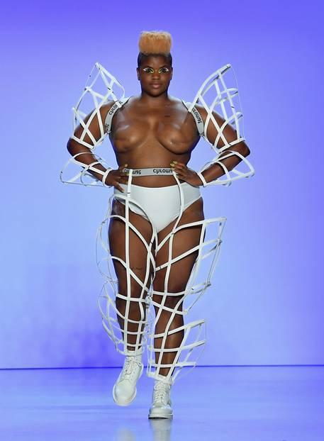 Model Ericka Hart hat den Brustkrebs besiegt – und das darf jeder sehen. Auch sie ist Teil der Fashion Show von Chromat.