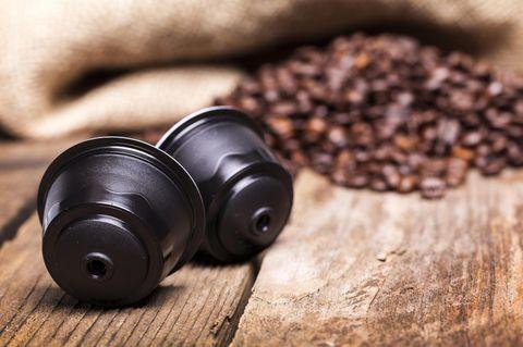 Rezemo Kaffeekapsel: Kaffeekapsel neben Kaffeebohnen