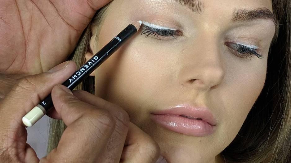 White Eyeliner Tutorial: Frau mit weißem Eyeliner