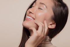 Koreanische Hautpflegetipps: Asiatische Frau mit strahlender Haut