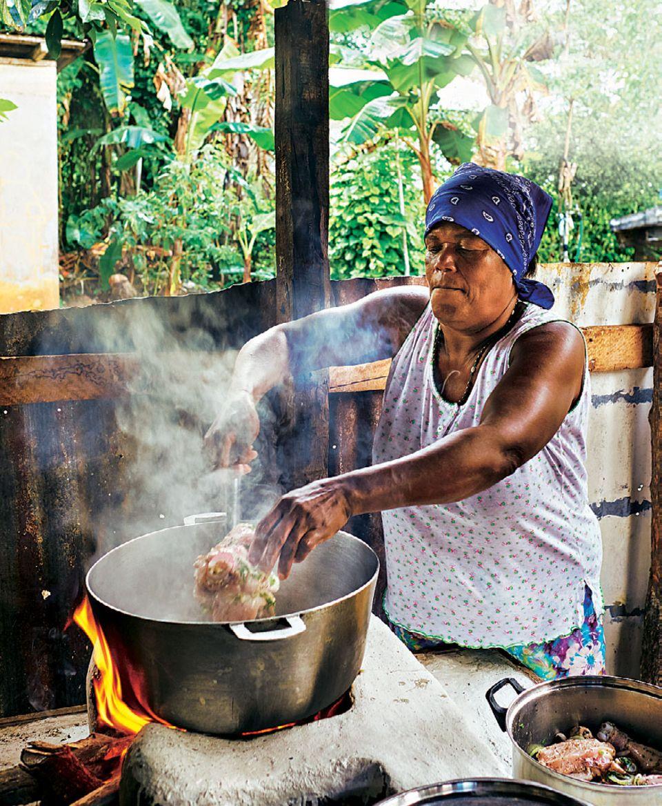 Dominikanische Republik: Einheimische kocht einen Eintopf