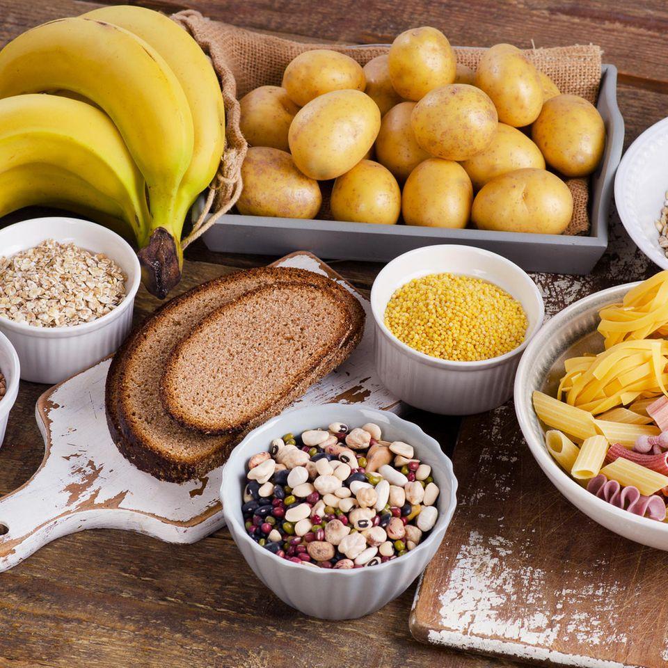 Kohlenhydrat-Diät: Viele High-Carb Lebensmittel auf dem Tisch
