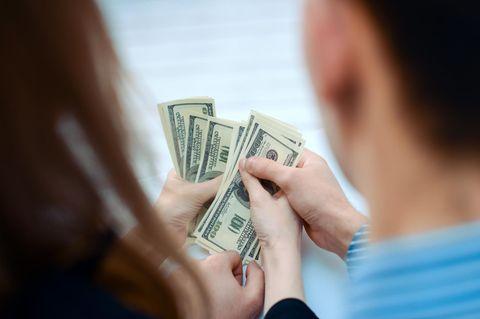 Paar hat nach Bankfehler plötzlich 100.000 Euro auf dem Konto – und verjubelt die Kohle