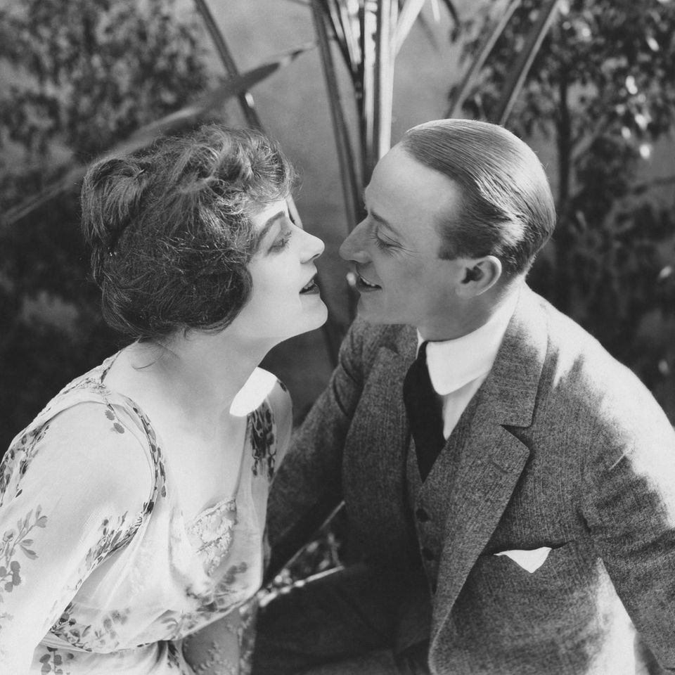 Ehetipps von 1918: Retro-Paar küsst sich