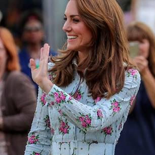 Einfach zauberhaft war der Auftritt von Herzogin Kate, die in London einen Kinderspielplatz eröffnete. Ihr süßes Blümchenkleid von Emilia Wickstead machte jedenfalls nicht nur den Gästen gute Laune, auch die Royal strahlte bis über beide Ohren. In Kombination mit ihren ihrennudefarbenen Lieblingswedges wirkte die 37-Jährige so frisch wie schon lange nicht mehr.