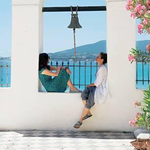 Siesta: BRIGITTE-Autorin Susanne Arndt (l.) und Fotografin Anna Mutter finden Schatten im Kloster hoch über Koroni, einem Örtchen auf dem westlichsten Finger, direkt am Golf von Messenien