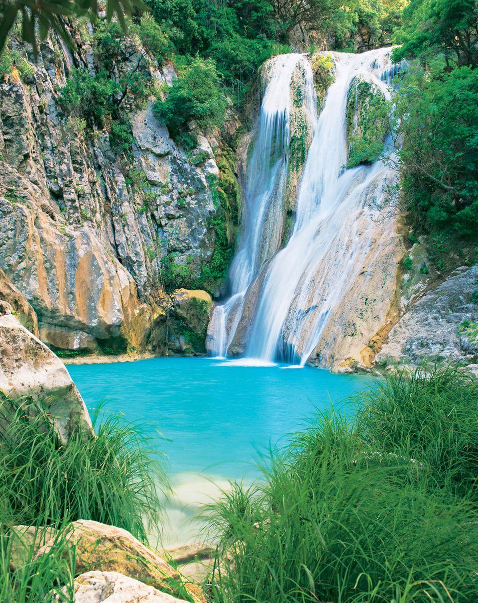 Kühlstelle: An den Wasserfällen im Polilimnio-Tal kann man in türkisfarbenen Becken baden