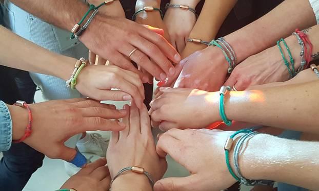 Bracenet: Alle Mitarbeiter zeige ihre Armbänder