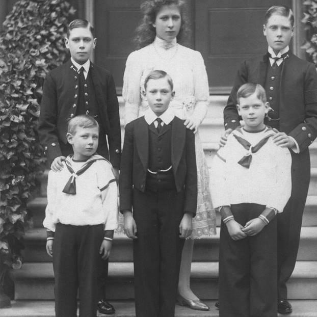 Prinz John, 1. Reihe, links