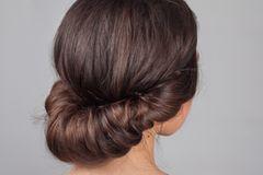 Frisuren mit Haarband: Frau von der Rückseite mit eingedrehter Frisur