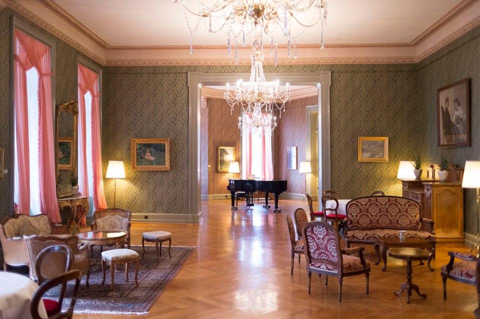 """Bergschloss: Im Salon des """"Grandhotel Giessbach"""" wird noch Flügel gespielt."""