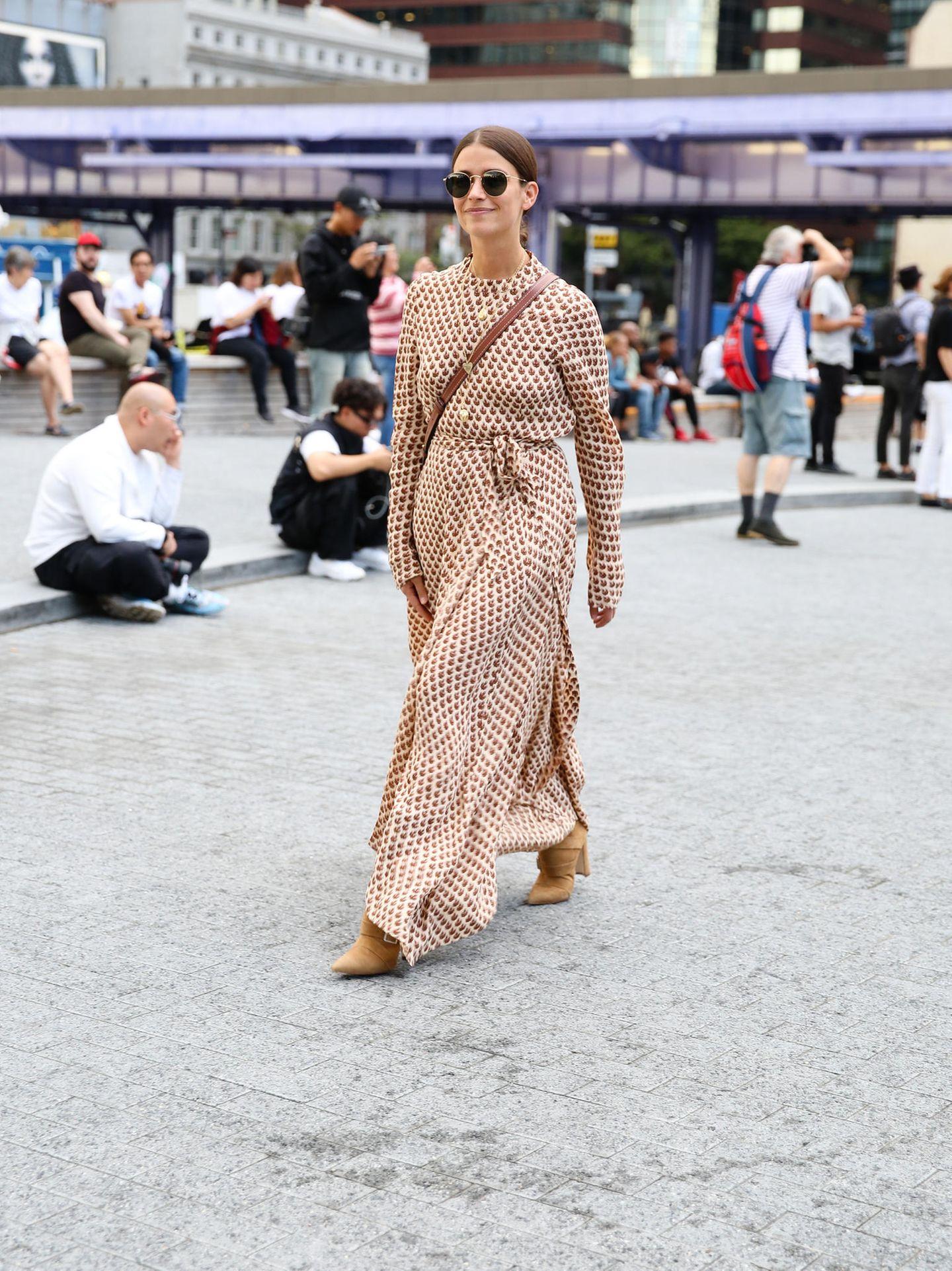 New York Fashion Week 2019: Frau mit langem Kleid auf der Strasse