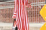 New York Fashion Week 2019: Frau mit gestreiftem Kleid auf der Strasse