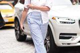 New York Fashion Week 2019: Frau mit gestreifter Hose auf der Strasse