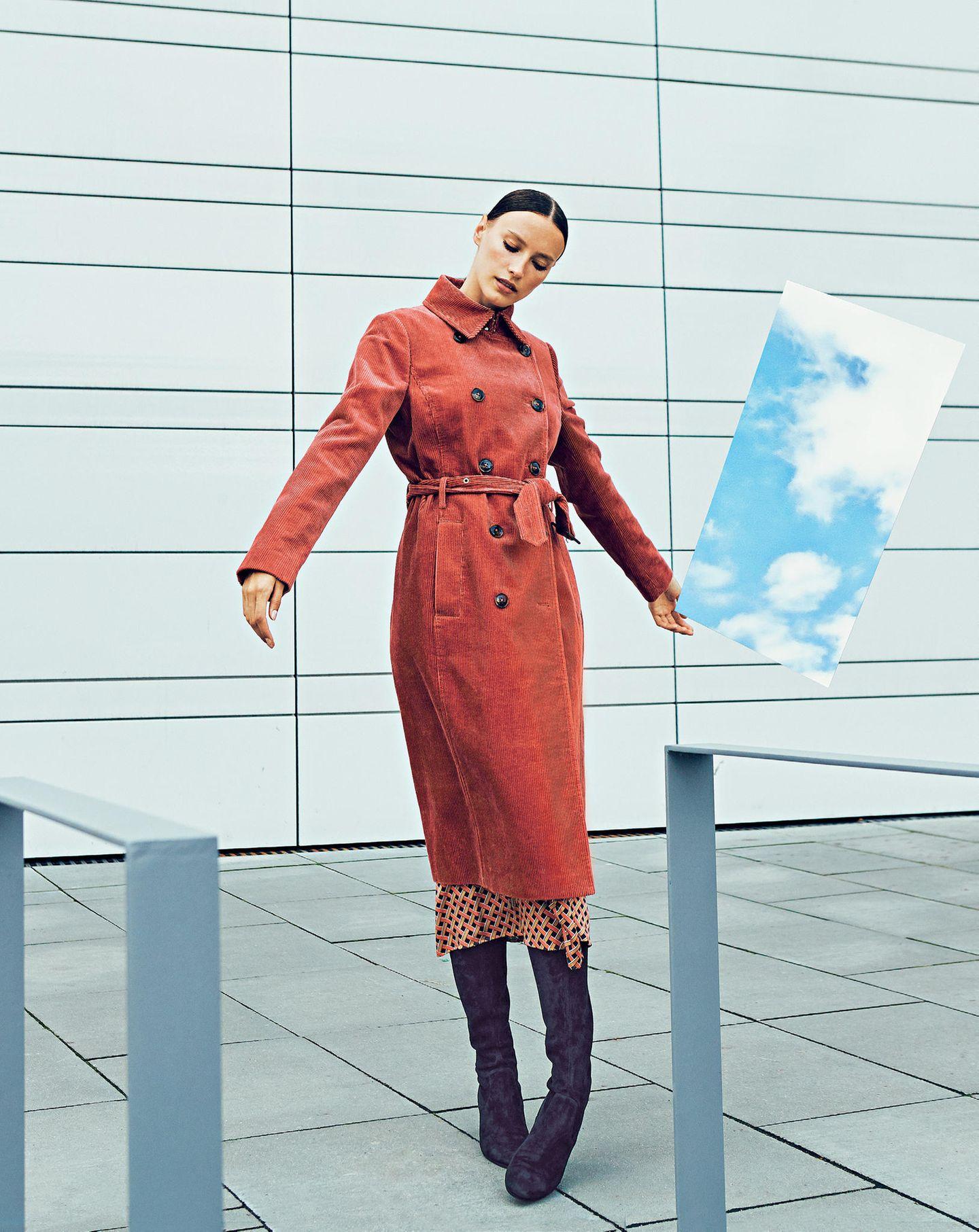Altrosafarbener Zweireiher: Jake´s/Fashion ID, ca. 130 Euro. Seidiges Wickelkleid: Hallhuber, ca. 120 Euro. Stiefel: Kennel & Schmenger.