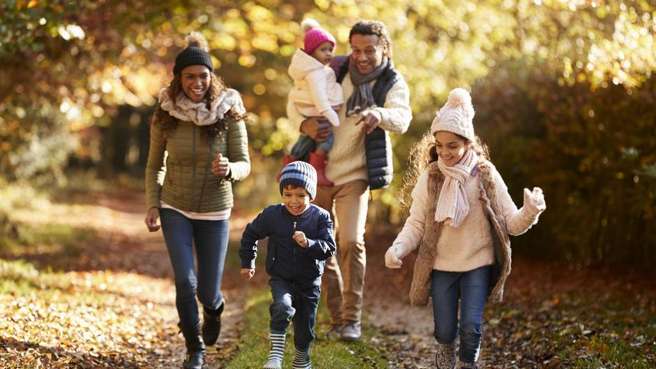 Familie im Herbstwald