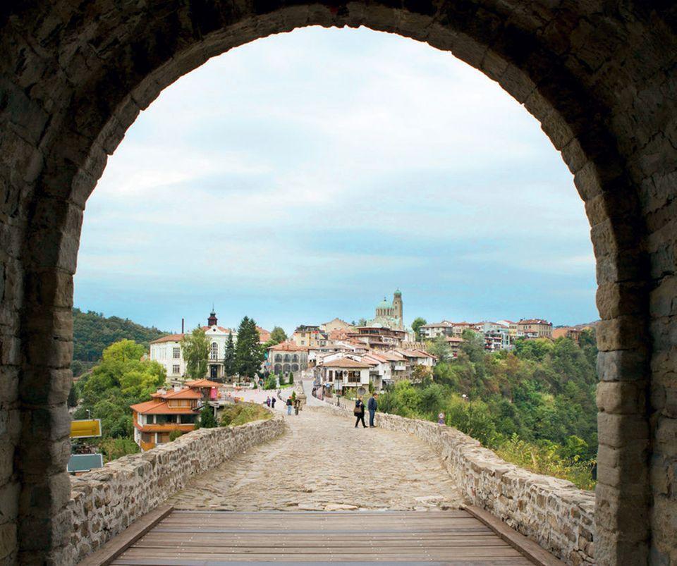 Bulgarien Urlaub: Die besten Tipps: Blick über Weliko Tarnowo von der Festung Zarewez