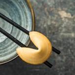Chinesische Weisheiten: Ein Glückskeks auf Essstäbchen
