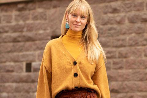 Cardigan: Frau mit senfgelber Strickjacke