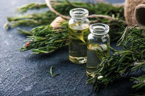 Kräuteröl selber machen: Öl in Glasflaschen