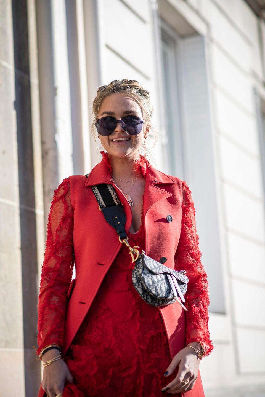 Flechtfrisuren: Frau mit Gretchenzopf in rotem Outfit
