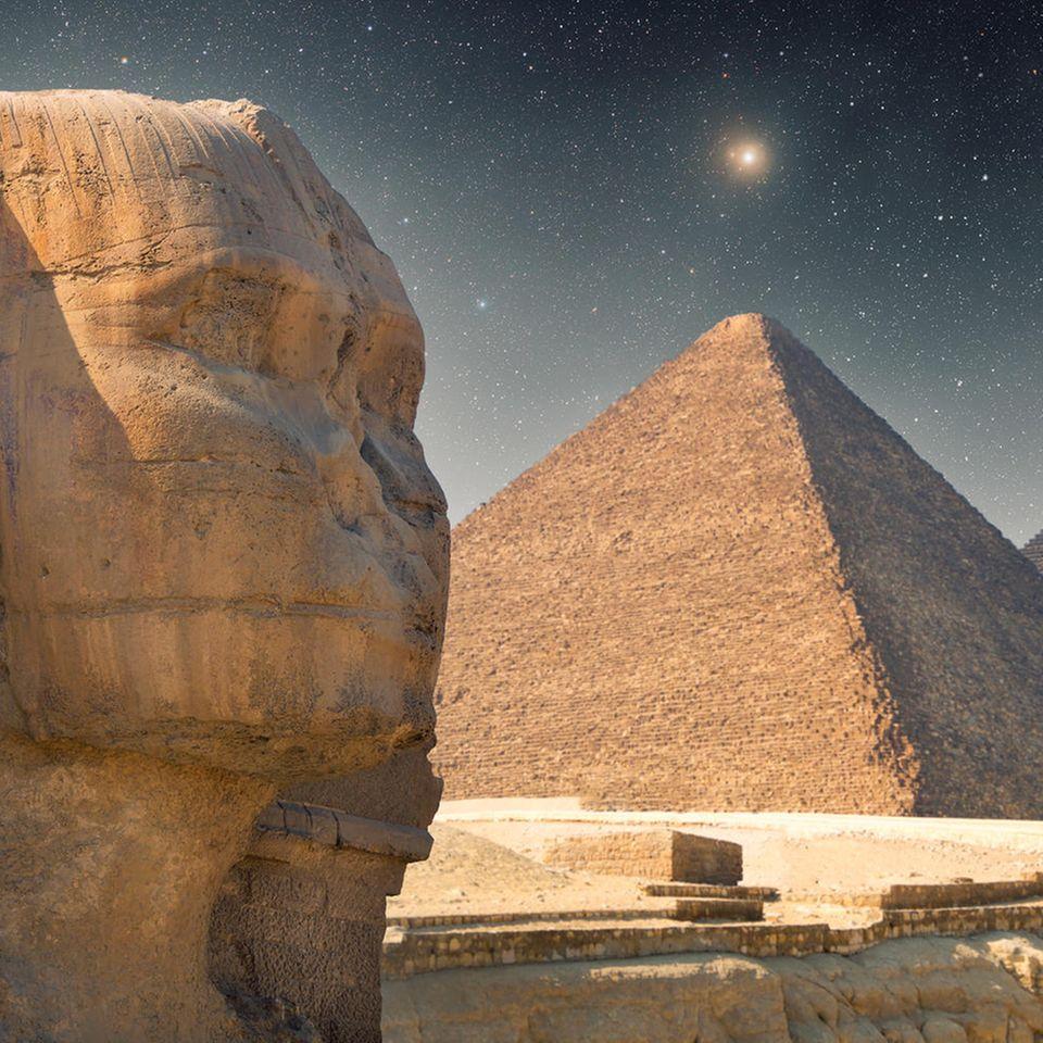 Ägyptische Sternzeichen: Die Sphinx und Pyramiden unter einem Sternenhimmel