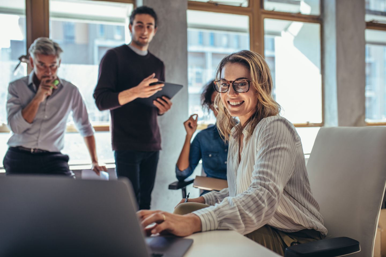 Die besten Arbeitgeber für Frauen - Frau sitzt im Büro vor einem Laptop